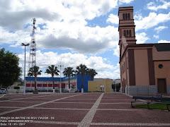Vista da Praça Mons: José Candido Igreja e Prefeitura Municipal.