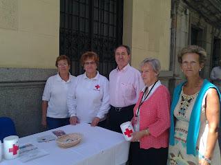 algunos voluntarios en las mesas del día de la banderita