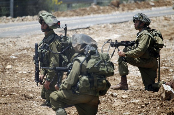 israël Israeli+soldiers+patrol+along+the+border+fence+between+the+Israeli-annexed+Golan+Heights+and+Syria+next+to+the+Druze+village+of+Majdal+Shams+%25287%2529