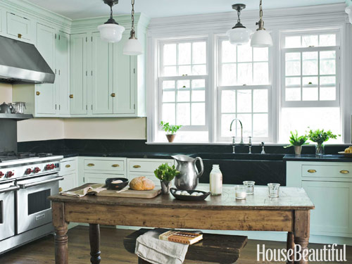 Fabulous farmhouse kitchens a trending style in natural for Farmhouse style kitchen lighting
