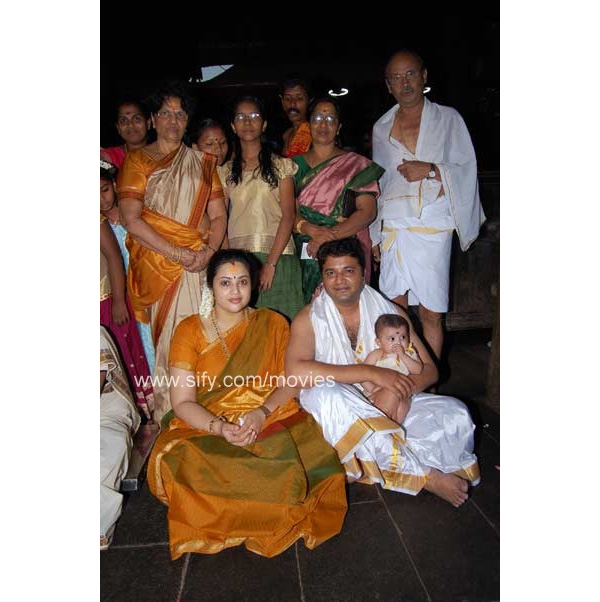 Meena+with+daughter+Nainika+and+husband+Vidyasagar3.jpg (600×602)