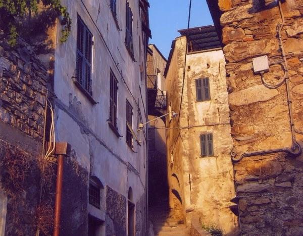 Gasse in einem typischen Dorf