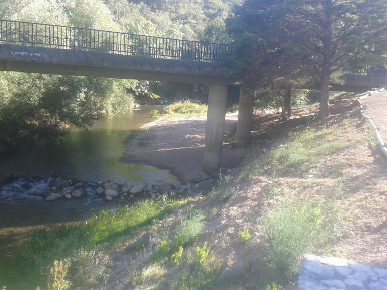 Rio com areal debaixo da ponte do Agroal no Rio Nabão