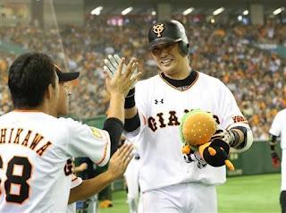 5回、勝ち越しソロ本塁打を放ちナインに迎えられる巨人・村田=東京ドーム(撮影・春名中)(写真:サンケイスポーツ)