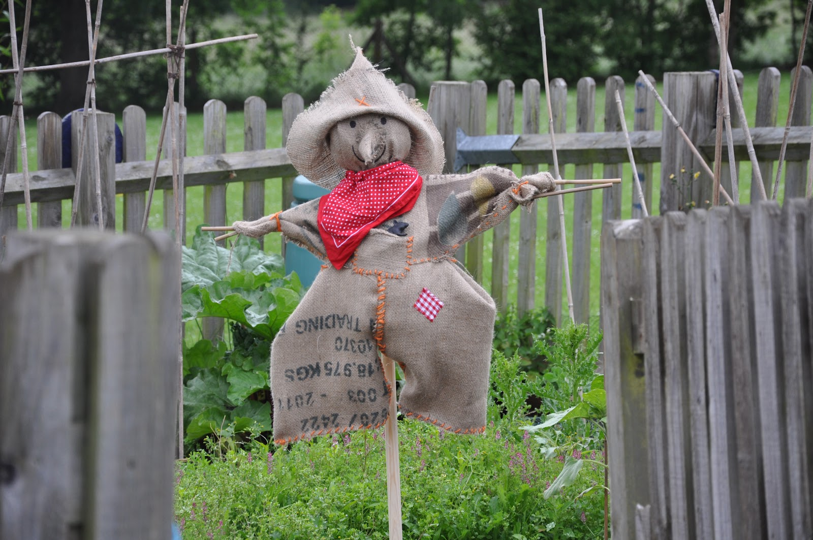 how to make a scarecrow for my garden