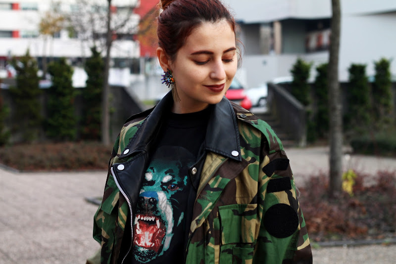 street style with camo jacket and rottweiler t-shirt