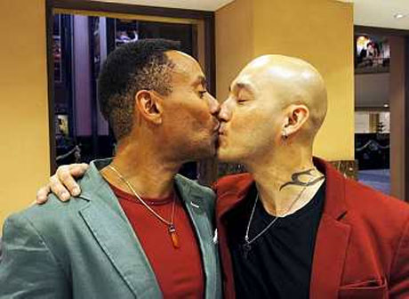 Pasangan gay pertama kahwin di Malaysia?