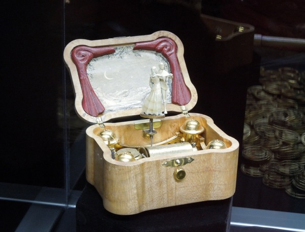 Music box prop Oz Great and Powerful
