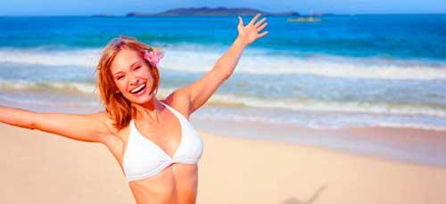 chica feliz en la playa emociones positivas