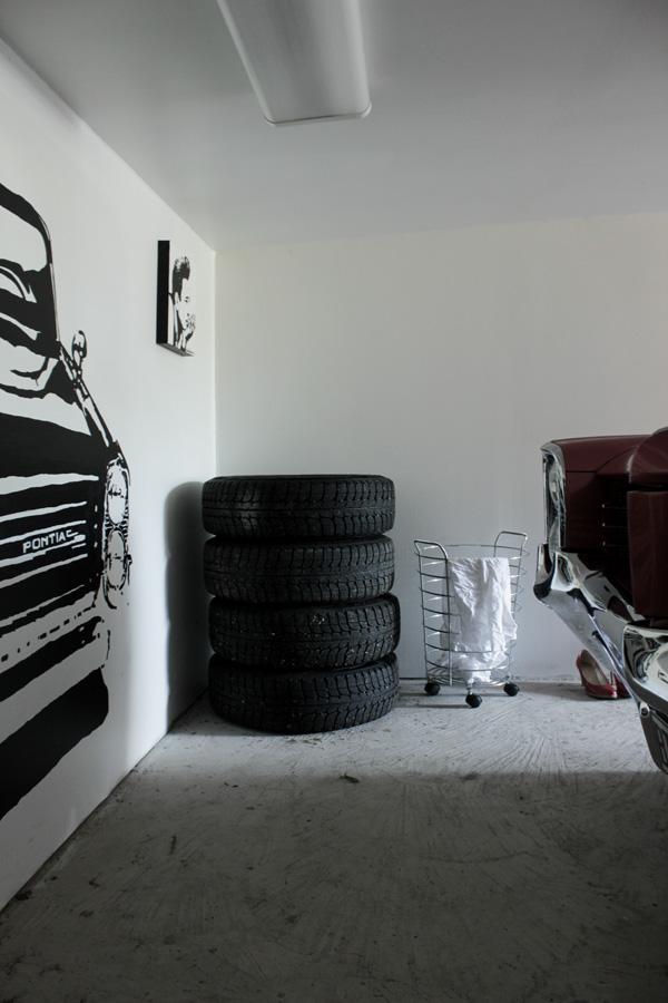 väggmålning bil, svart och vit väggmålning, målning i garaget, väggmålning bonneville i garaget, svart och vitt, stålkorg, garage för amerikanare