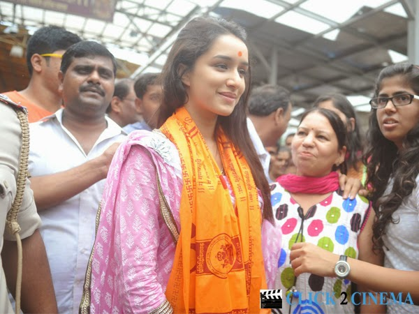 Shraddha Kapoor visits Siddhi Vinayak Temple Photos