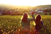 Un amigo es aquel que te da la libertad de ser tú mismo