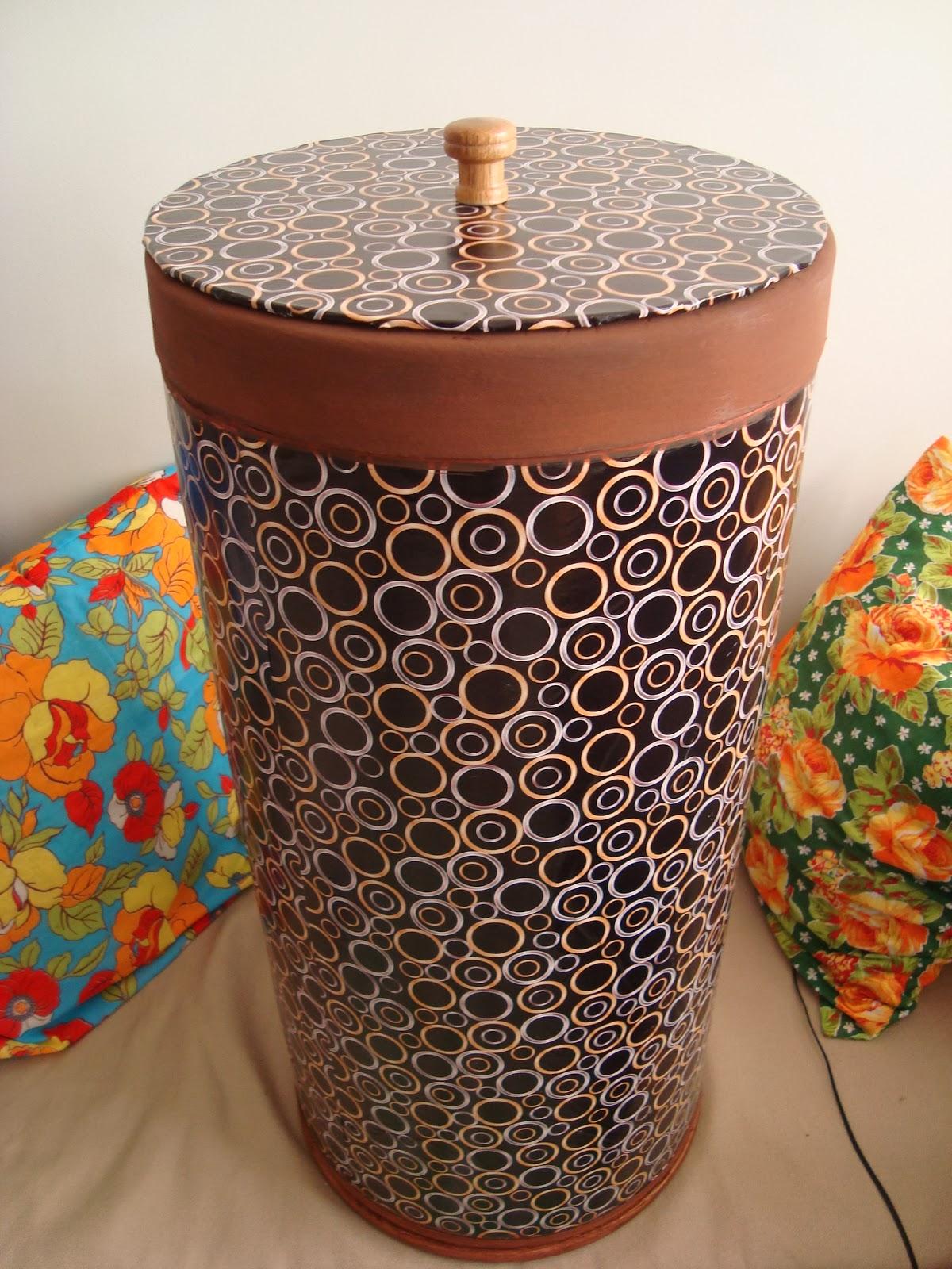 de papelão reciclada se transforma em baú ou cesto de roupas