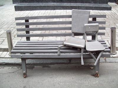 Памятник влюбленным стульям