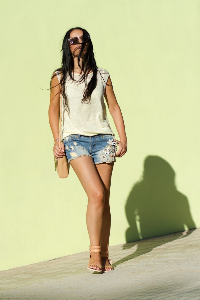Look Casual: shorts denim con adornos de flores