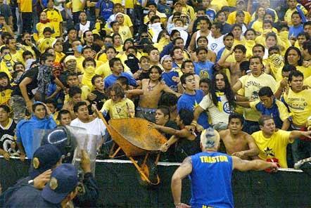 Copa Libertadores 2004: Bronca entre La Monumental, barra oficial del América, y policías, durante el partido América vs. Sao Caetano, en mayo de 2004 | Ximinia