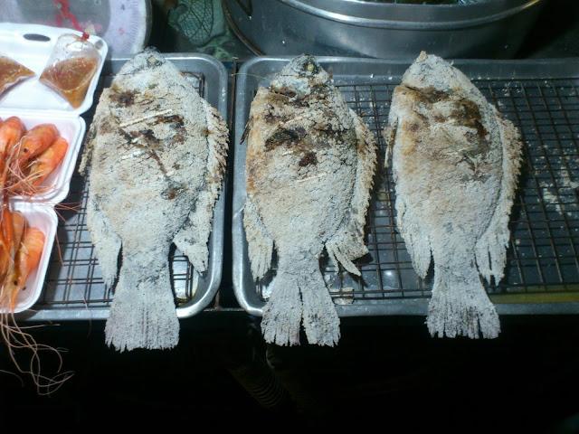 Рыба в соли, приготовленная на углях, Таиланд