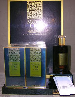 Présentoir du parfum Mythic Oil de L'Oréal.
