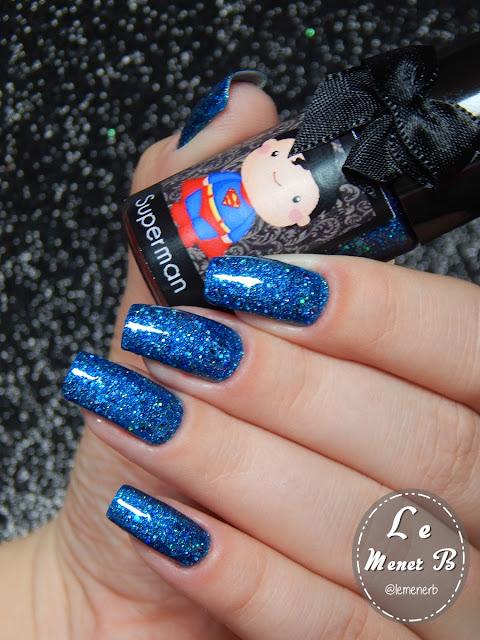 esmalte azul nas unhas
