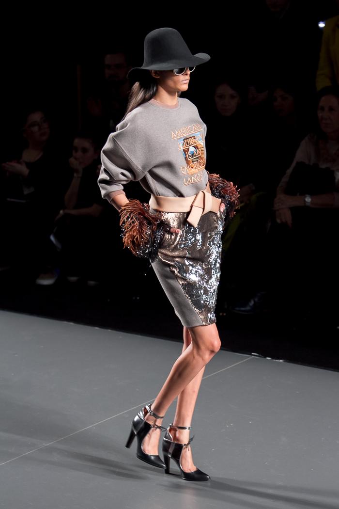 Favorito de blogger de moda withorwithoutshoes de la colección AMerican Landscape desfile de ANA LOCKING MBFWM sudadera gris con mensaje y falda de lentejuelas con sombrero y maxi cinturón