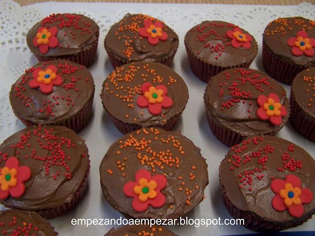 Cupcakes de fondo negro de chocolate