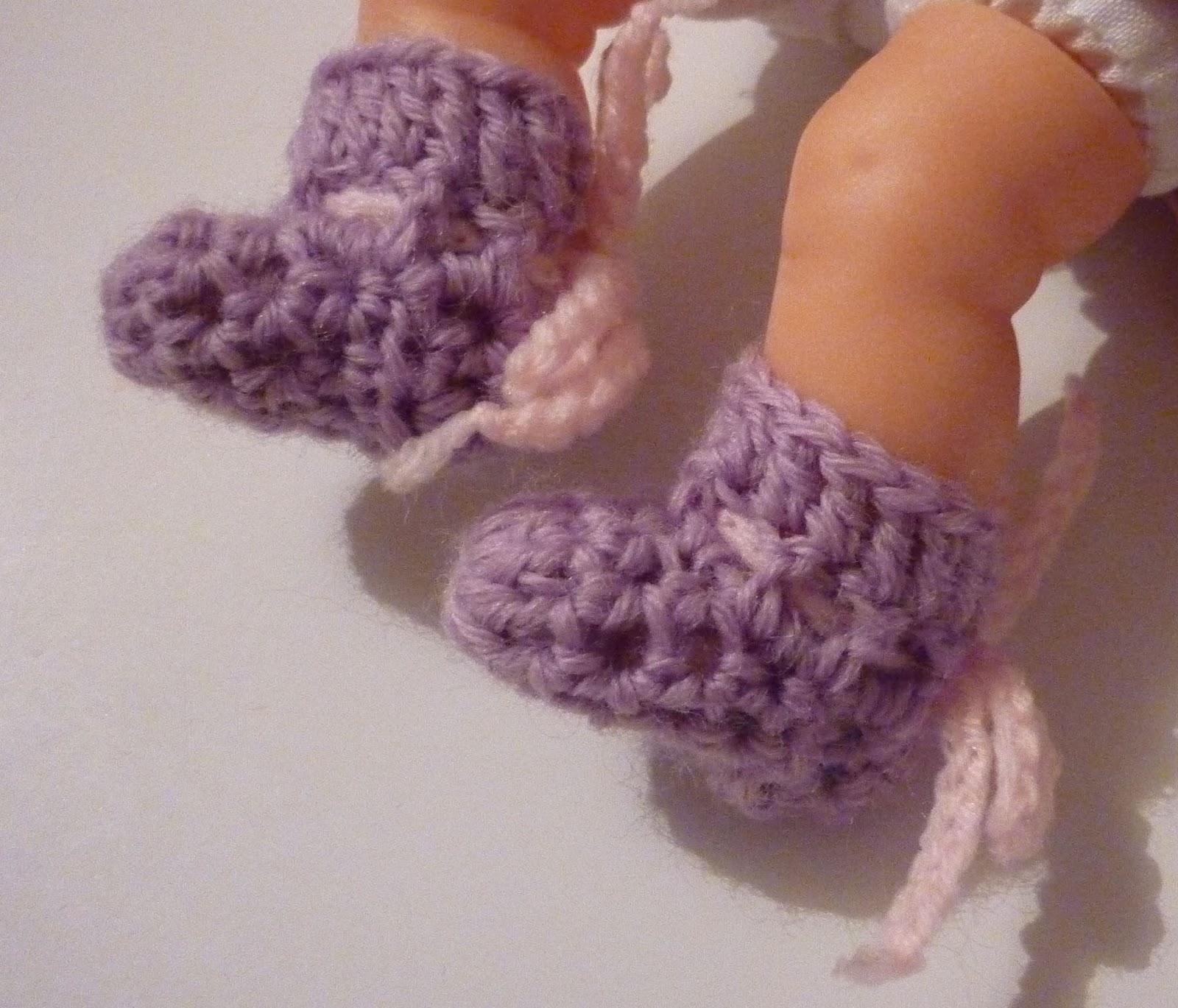 Mamma That Makes: Little itty bitty booties - Free Crochet Pattern