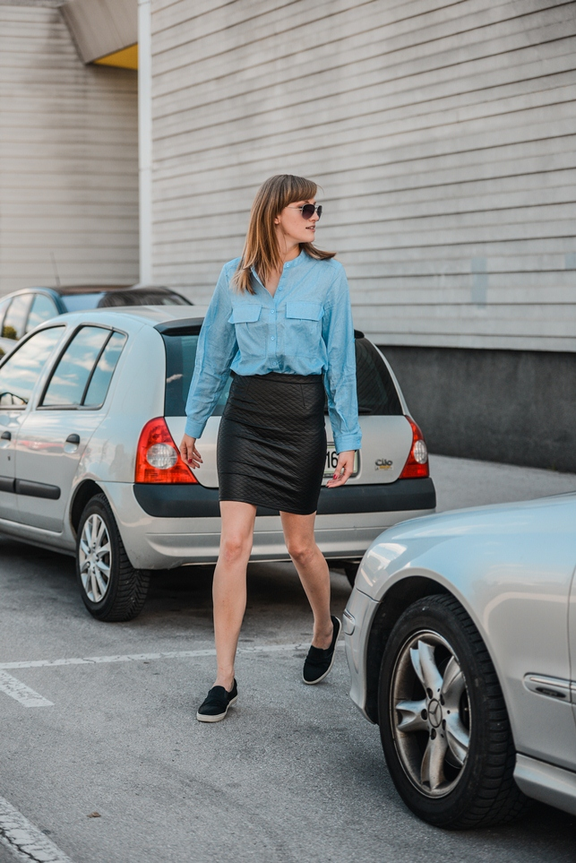 blue shirt outfit, blogger outfit, slovenska modna blogerka, black slip ons sneakers, quilted leather skirt