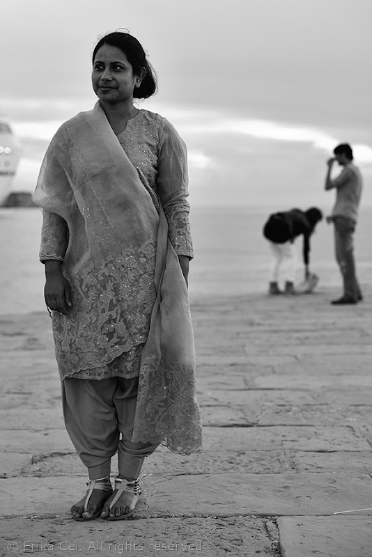 Donna indiana sul molo Audace