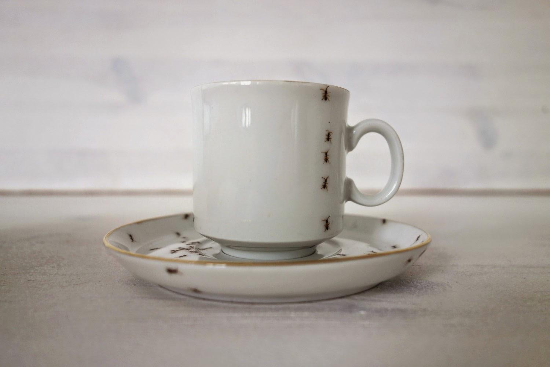 formigas pintadas à mão na xícara de café - foto via Colossal