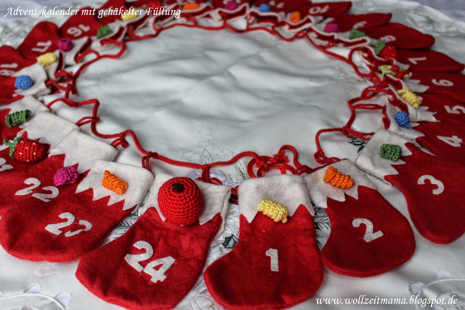 Adventskalender mit gehäkelten Kleinigkeiten für Puppenküche und Kaufmannsladen