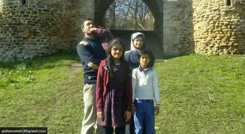 Seram Ada Penampakan Kelibat Hantu Wanita di Foto Keluarga Ini