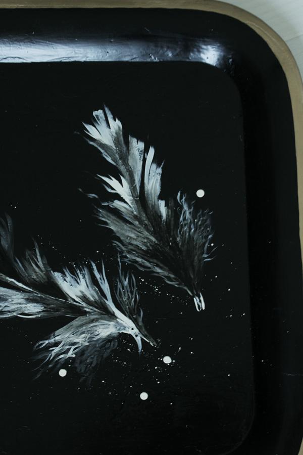 måla fjädrar på bricka, brickbord, bricka i svart med vita och svarta fjädrar