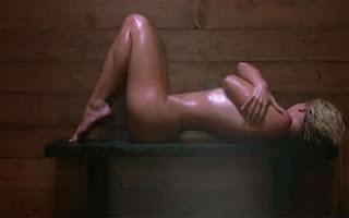 Bem no começo de Womanizer, Britney Spears revela muita pele enquanto faz sauna.