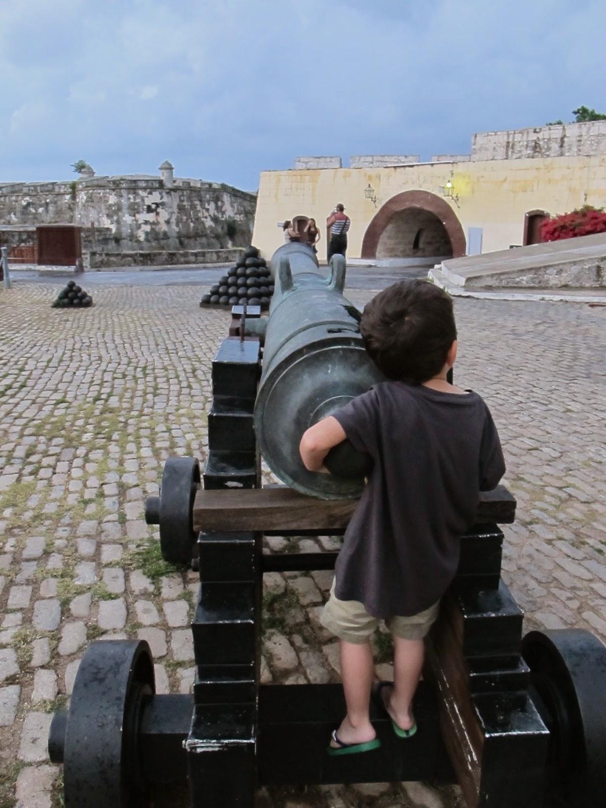 FORTALEZA SAN CARLOS DE LA CABAÑA: PARA ASSISTIR UM TIRO DE CANHÃO DE VERDADE EM CUBA