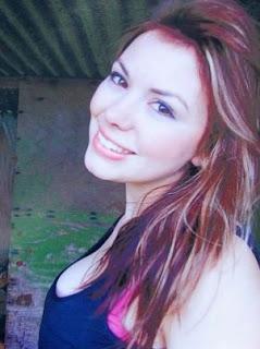 Modelo Bethany Wallace sonriendo murio por anorexia y bulimia