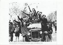 ragazze barcellonesi festeggiano la liberazione dalla sanguinaria tirannia bolscevica