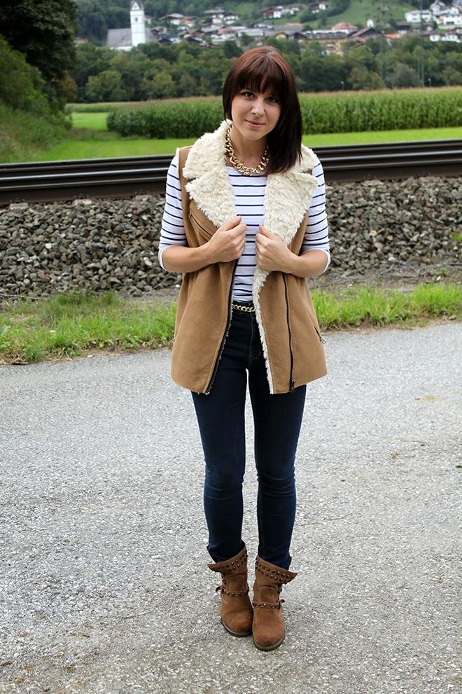 outfit Trend zara boots nieten beige highwaist zara fakefur weste streifen fashionblogger 10