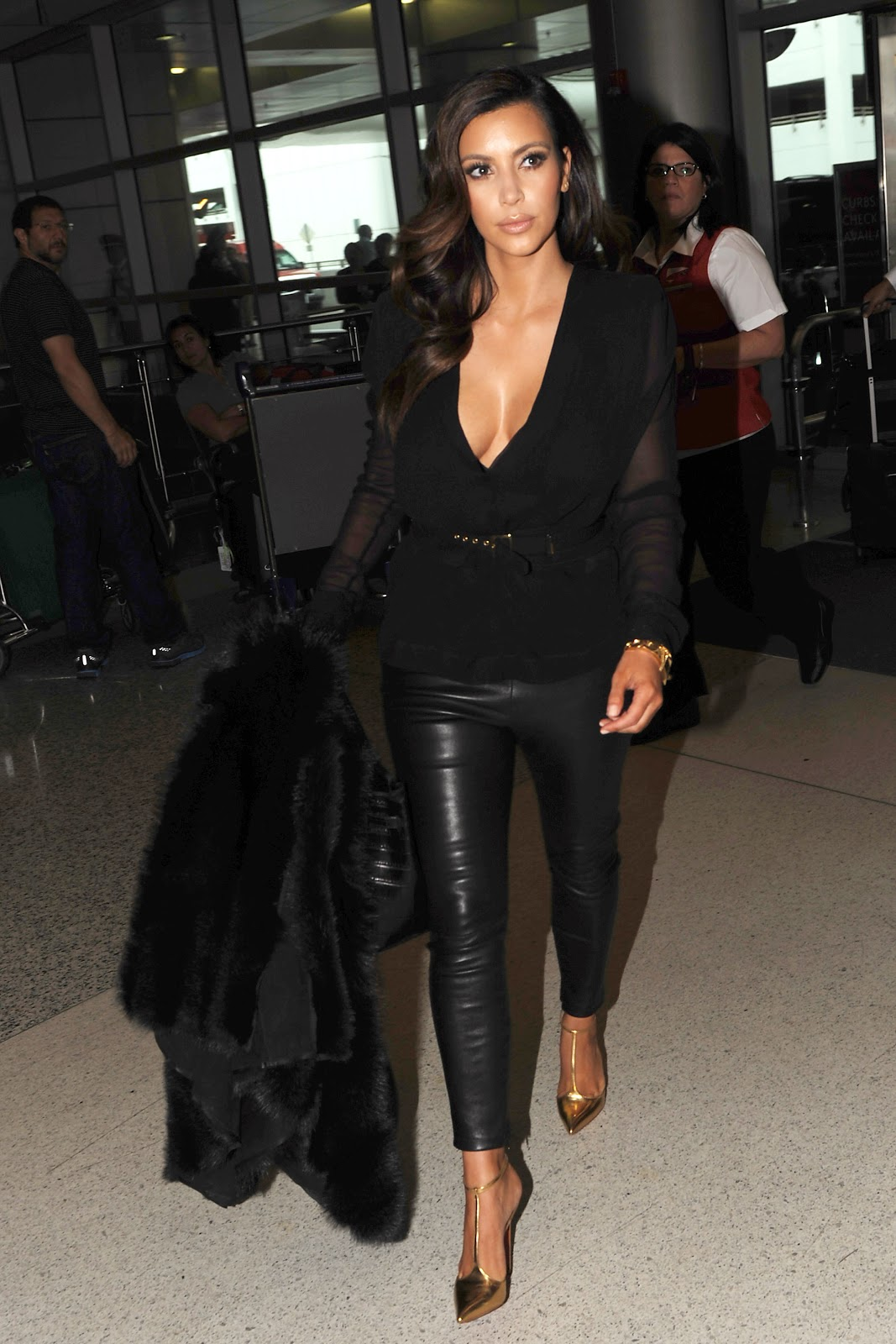 http://2.bp.blogspot.com/-htr_9lIrCvQ/UIB4bBdFLBI/AAAAAAAAUNM/P4kcsqaGhjU/s1600/Kim+Kardashian+arriving+at+Miami+Airport+October+17th+2012+-06.jpg