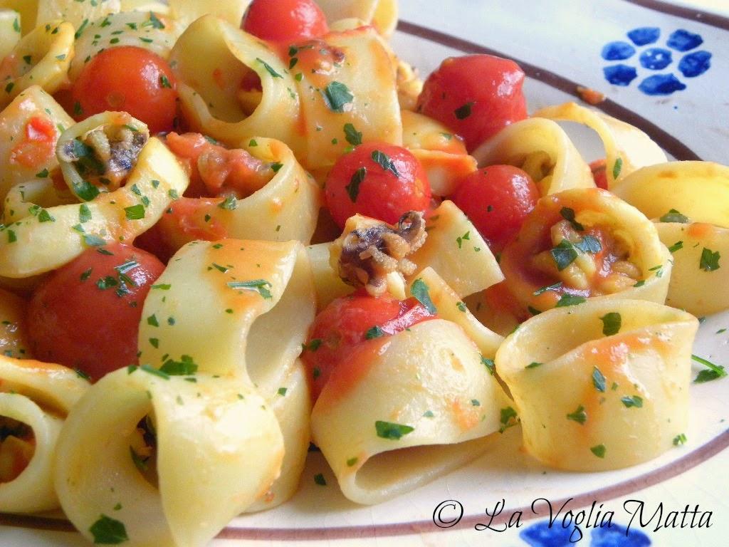 ricetta pasta in formato calamarata con sugo di mare