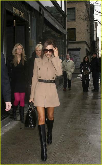 Look do dia - Trench-coat e botas de cano alto de Victoria Beckham