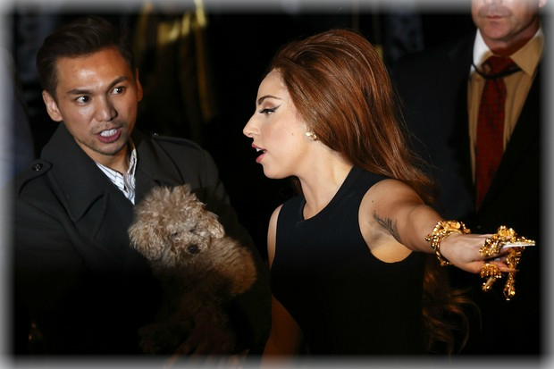 Lady Gaga con extraños accesorios en la mano - CANTANTE FAMOSA