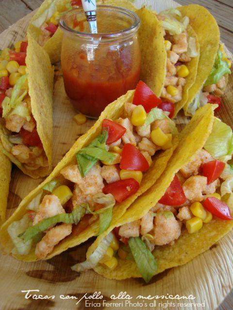 Tacos con pollo insalata pomodori mais e salsina messicana