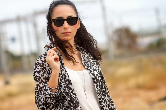 withorwithoutshoes con camisa de estampado de leopardo y colgante de pincho