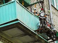 Rawan Pencurian, Pria Ini Parkir Motor di Balkon Apartemen