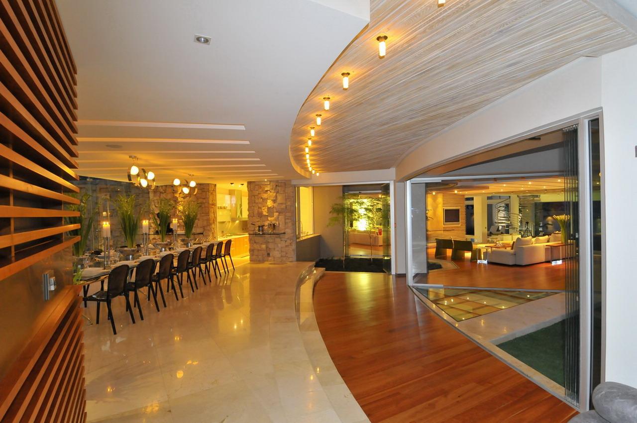 A johannesburg crown jewel of luxury glass house by nico for Home decor johannesburg