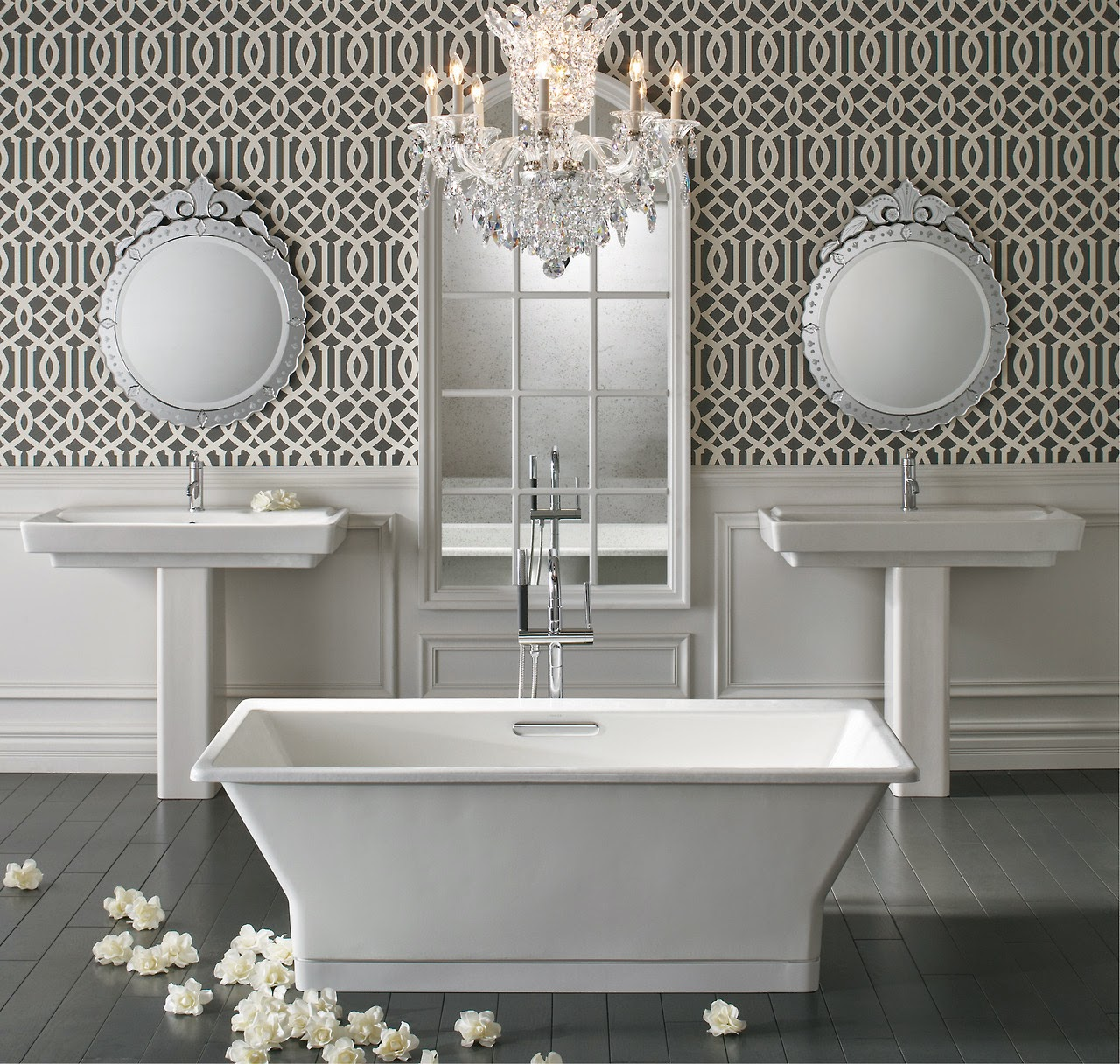 Bức tường cá tính làm nổi bật bồn tắm đặt sàn