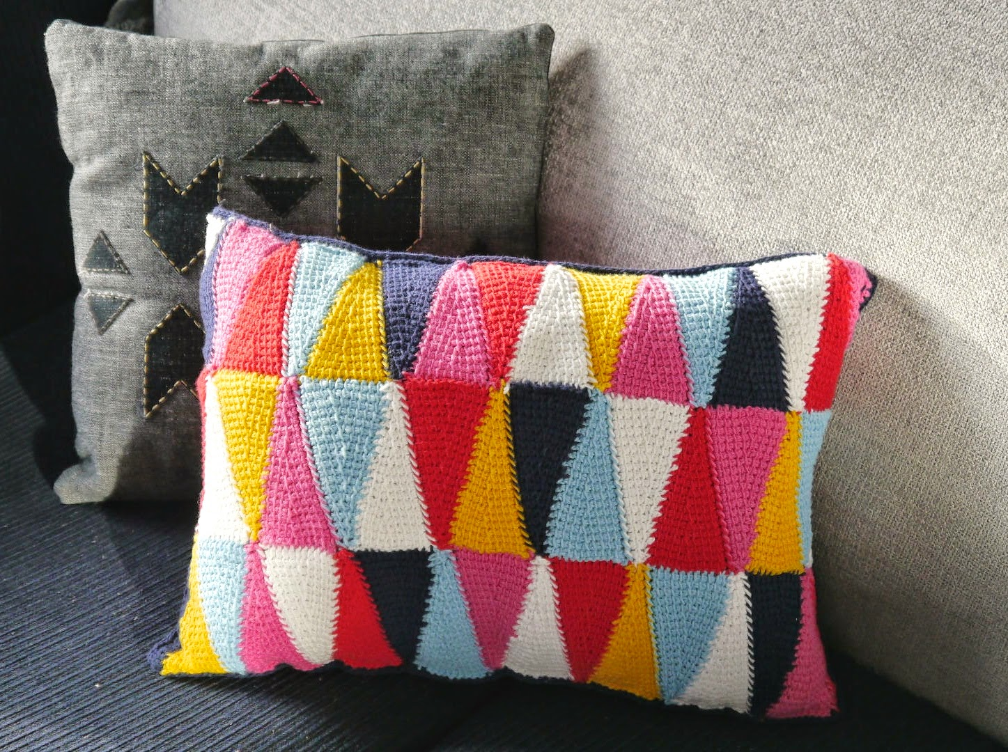 a FREE tutorial for this gorgeous colourful cushion from Sarita Creative