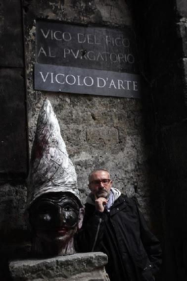 Antonio Tortora ritratto di fianco al busto di Pulcinella realizzato in bronzo da Lello Esposito