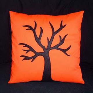 Almofada de Halloween laranja com árvores sem folhas pretas