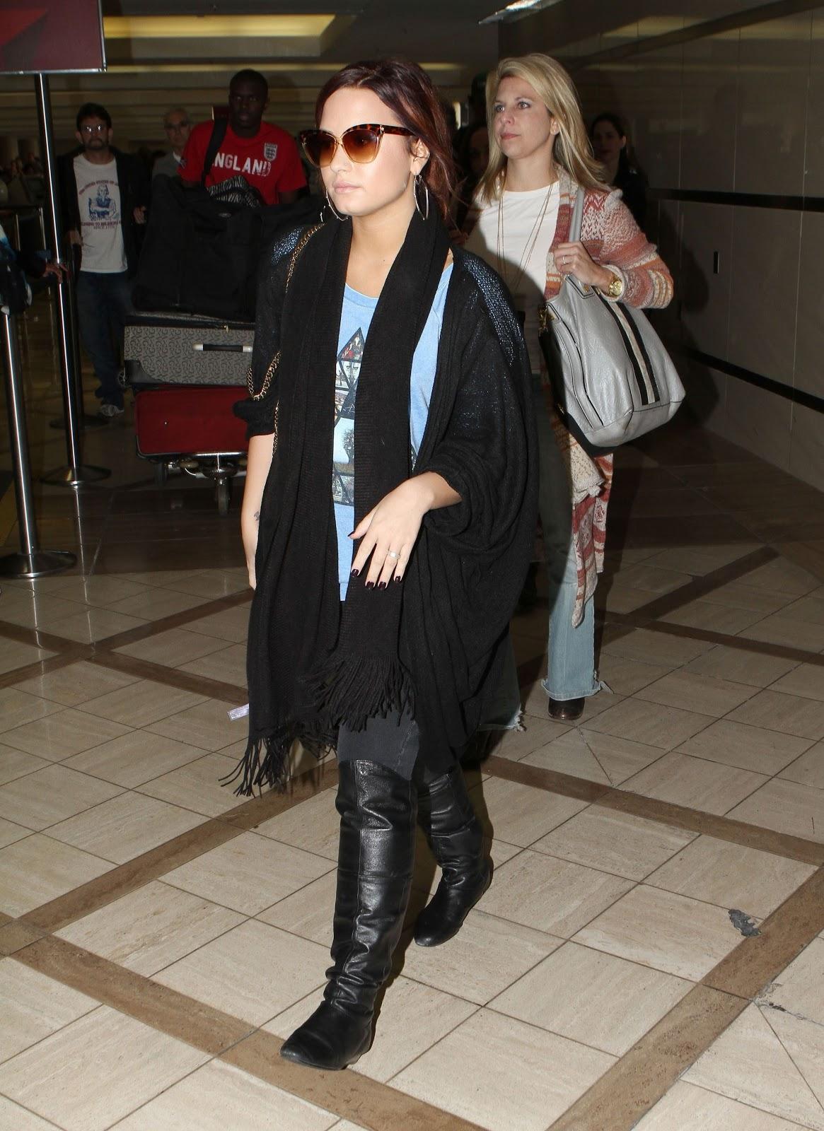 http://2.bp.blogspot.com/-hwzkR75JANY/Tv8S75g1A_I/AAAAAAAAQwQ/M8ImUh_nvRw/s1600/CU-Demi+Lovato+arrives+at+LAX-10.JPG
